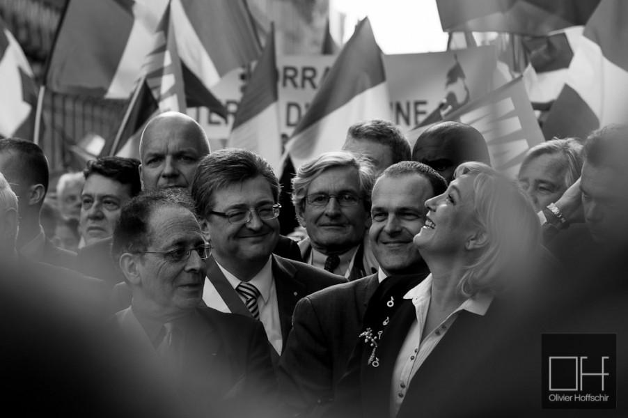 Marine Le Pen arrive à la tête du cortège pour le départ